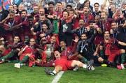 Die Spieler von Portugal feiern ihren Sieg. (Bild: EPA/FEDERICO GAMBARINI)