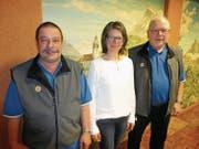 Von links: Präsident Sepp Gabriel, Neumitglied Erika Schawalder und Tourismuspreisträger Markus Wyss. (Bild: Ruedi Wechsler (Buochs, 18. März 2018))