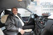 Alter Taxameter und mit Schaffell überzogene Sitze: Das Interieur des Mercedes von «Taxi Carlo» ist Kult. (Bild: Urs Hanhart (Altdorf, 28. Dezember 2017))