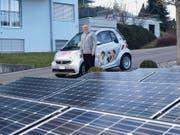 Jörg Himmelrich besitzt den ersten Elektro-Smart der Zentralschweiz. Den Strom dafür produziert er mit seiner eigenen Fotovoltaikanlage. (Bild Kurt Liembd)