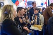 US-Botschafterin Suzan LeVine verteilt an der Wahlfeier Häppchen. (Bild: Boris Bürgisser / LZ)