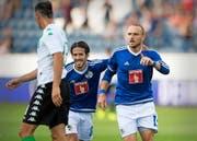 8. Minute: FCL-Stürmer Marco Schneuwly (rechts) hat zum 1:0 getroffen und freut sich mit Jahmir Hyka. (Bild: Keystone/Urs Flüeler)