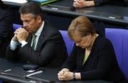 Bundeskanzlerin Angela Merkel und Aussenminister Sigmar Gabriel gedenken dem verstorbenen Alt-Kanzler Helmut Kohl. (Bild: EPA (22.06.2017, Berlin))
