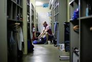 Das Damen- und das Herrenteam aus England haben sich in der Zivilschutzanlage beim Schulhaus Sternmatt II einquartiert. Die Sportlerinnen und Sportler fühlen sich hier ganz wohl. (Bild: Stefan Kaiser / Neue ZZ)
