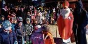 Der Bischof von Myra bedankte sich im Rudenzpark speziell bei den Kindern für die wunderschönen Lieder und das Basteln der Laternen. (Bild: Georg Epp (Flüelen, 2. Dezember 2017))