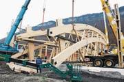 Heute wurde das erste 80 Tonnen schwere Teil der Pilatus Holzhalle in Ennetbürgen aufgestellt. Fotografiert am 07. November 2007. (Neue NZ/Corinne Glanzmann) (Bild: Corinne Glanzmann)