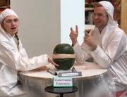 Diese zwei Buzzfeed-Mitarbeiter versuchten fast eine Stunde lang eine Wassermelone zum Explodieren zu bringen – und die Leute schauten von Zuhause aus zu. (Bild: screenshot buzzfeed)