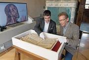 Historiker Mike Bacher (links) und Museumsleiter Urs Sibler zeigen das besondere Buch. (Bild: Corinne Glanzmann (Sachseln, 12. September 2017))