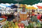 Am Marché de la Darse in Pointe-à-Pitre verkaufen Frauen frische Früchte. (Bild: Rahel Hug)