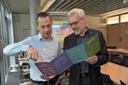 Niklas Joos (links) und Alexander Imhof vom Amt für Umweltschutz stellen den neuen Flyer vor. (Bild: Urs Hanhart (Altdorf, 27. April 2017))