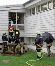 Ein Teil der Kinder wurde über die Rettungsleiter aus dem Schulhaus geführt. (Bild: Christoph Näpflin (Seelisberg, 18. März 2017))