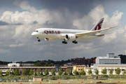 Die Reise nach Katar: ein Flug ins Ungewisse für die Regierung? (Bild: AP/Lefteris Pitarakis)