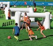 Auch wenn es primär um den Spass am Fussballspiel ging, waren die Schüler mit vollem Einsatz dabei. (Bild: Birgit Scheidegger (Lungern, 24. August 2017))