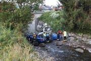 Der Subaru flog mehrere Meter in die Tiefe. (Bild: Geri Holdener, Bote der Urschweiz)