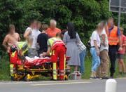 Rettungssanitäter kümmern sich um die Verletzten. (Bild: Geri Holdener)