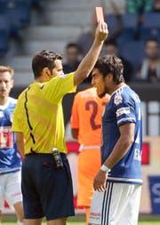 Platzverweis am Sonntag für Dario Lezcano: Gleich schlägt der FCL-Stürmer dem Schiedsrichter die rote Karte aus der Hand. (Bild Philipp Schmidli)