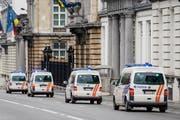 Bombendrohung in Belgien. Im Bild: Polizeiautos unterwegs in Brüssel. (Bild: AP Photo/ Geert Vanden Wijngaert)
