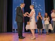 Regierungsrat Franz Enderli gratuliert Claudia Dillier zu ihrem Erfolg. (Bild: André A. Niederberger (Sarnen, 8. Juli 2017))