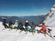 Giswiler Schüler geniessen auf Snowbikes die Aussicht auf das Sarneraatal im Skilager auf Mörlialp. (Bild: Florence Racine (Giswil, 14. März 2018))
