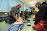 Das Urner Forstpersonal übte lebensrettende Sofortmassnahmen, unter anderem die Herzmassage. (Bild: Urs Hanhart (Erstfeld, 1. Dezember 2017))
