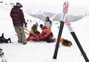 Ein Mädchen wird nach einem Unfall auf einem Schlitten für den Abtransport bereitgemacht. (Bild: Arno Balzarini / Keystone)