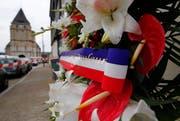 Blumen erinnern vor der Kirche in Saint-Étienne-du-Rouvray an den blutigen Anschlag. (Bild: EPA / Ian Langsdon)