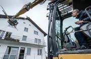 Bauherr Ronald Kuster beim speziellen Spatenstich. (Bild: Christoph Riebli (Ennetmoos, 28. April 2017))