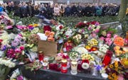 Schweigeminute zugunsten der Opfer in Den Haag (Bild: EPA / Jerry Lampen)