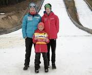 Trainer Sven Arnold (links) mit Aron Russi (rechts) und Elias Arnold. (Bild: pd)