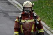 Ein Atemschutz-Spezialist, eingedeckt mit Sägemehl. (Bild: Geri Holdener, Bote der Urschweiz)