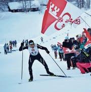Janik Riebli sprintet mit Unterstützung der Fans den Berg hinauf. (Bild: Lars Kiser (Goms, 28. Januar 2018))