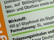Ein neues Gutachten der europäischen Chemikalienagentur Echa stuft den umstrittenen Unkrautvernichter Glyphosat als nicht-krebserregend ein. (Archiv). (Bild: KEYSTONE/EPA DPA/CARSTEN REHDER)
