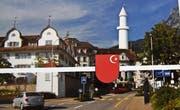 Absurde Fotomontage: Sogar das Schwyzer Wappen ist verunstaltet. Statt des Kreuzes prangt darauf ein weisser Halbmond mit Stern. (Bild: PD)