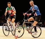 Hängt nun sein Radballvelo an den berühmten Nagel: der ehemalige Weltmeister Dominik Planzer (links). (Bild: PD)