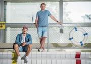 Rapper Mimiks (links) und Geschäftsführer Gregor Anderhub im Luzerner Neubad, dem Geschäftssitz von Viva con Agua Schweiz. (Bild: Boris Bürgisser (Luzern, 8. August 2017))