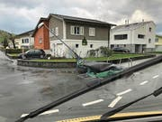 Der Sturm knickte in Oberdorf eine Barriere um, zerstörte in Ennetbürgen ein Trampolin, drehte beim Flugplatz Buochs ein Kleinflugzeug um und sorgte zudem für wehende Haare und peitschendes Wasser. (Bilder: Corinne Glanzmann, Urs Flüeler/Keystone, PD)