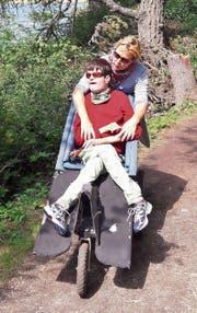 Cornelia Langenstein und ihr mehrfach behinderter Sohn Silvan halten sich gerne in der Natur auf. (Bild: PD)