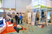 Ein Blick auf die gestrigen Aufbauarbeiten in der Tennishalle für die Engelberger Gewerbeausstellung. (Bild Martin Uebelhart)