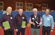 Die anwesenden Jubilare; von links: Albin Epp (60 Jahre), Ernst Frei (60), Paul Indergand (65) und Präsident Jürgen Strauss. (Bild: Georg Epp (Erstfeld, 27. Januar 2018))