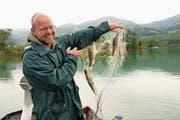 Projektleiter Pascal Vonlanthen fischt im See auch nach Informationen. (Bild: Romano Cuonz (Sarnen, 12. September 2017))