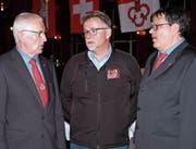 Präsident Friedrich Häcki (links) mit dem neu gewählten Vorstandsmitglied Sepp Kost und dem scheidenden Jungschützenbetreuer (Mitte) und neuen Ehrenmitglied Bruno Kathriner. (Bild: Richard Greuter (Engelberg, 7. 4. 18))