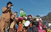 Die Flüeler Schulkatzenmusik fand bei wunderschönem Wetter statt. Auch die Kindergärtler waren unterwegs – mit selbst gebastelten Trommeln. (Bilder: Georg Epp (5. Februar 2018))