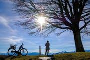 Nach viel Regen und grossem Schneefall geniesst eine Frau bei frühlingshaften Temperaturen und strahlendem Sonnenschein den Tag auf der Anhöhe St.Anton im Kanton Appenzell Innerrhoden. (24. Januar 2018) (Bild: Keystone)
