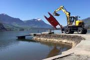 In Seewen wird das offizielle Seebad-Boot gewassert. Im Hintergrund die immer noch weisse Rigi. (Bild: Leserfoto)