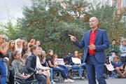 Rektor Patrik Eigenmann versucht, die protestierenden Kollegischüler vom Vorteil des Systems mit Fachzimmern zu überzeugen. Bild: Matthias Piazza (Stans, 23. September 2016)