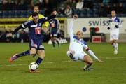 Luzerns Dimitar Rangelov (links) gegen Lausannes Gabri. (Bild: Philipp Schmidli / Neue LZ)