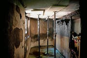 Die Decke des Lagerraums muss nach der Explosion abgestützt werden. (Bild Corinne Glanzmann)