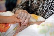Oft braucht es eine helfende Hand und Zuwendung, wenn ein Mensch im Sterben liegt. (Bild Florian Arnold)