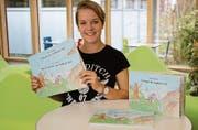 Nina Schuler zeigt ihre in den vier Landessprachen verfassten Kinderbücher über Wilhelm Tell.
