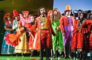 Bunt gekleidet treten im Opernhaus die Bewohner des Alpendorfs auf ? doch bei den Dorfregeln kennen sie keinen Spass. (Bild: Hans Jörg Michel (18. September 2016))